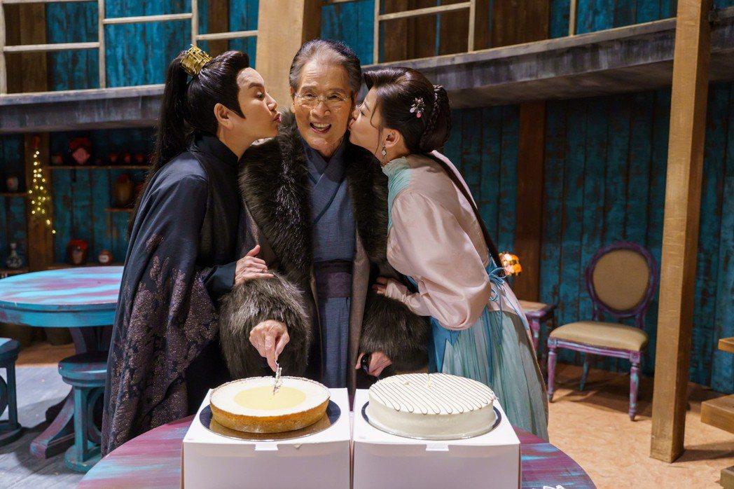 唐美雲(左起)、方馨開心幫石英慶生。圖/民視提供