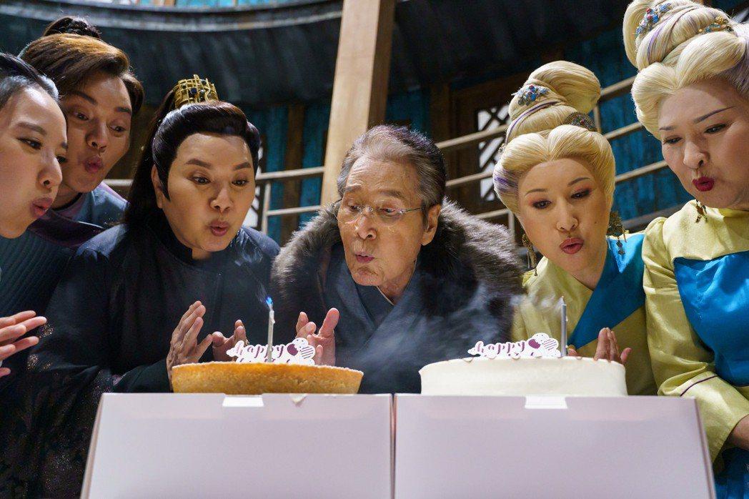 石英(中)過78歲生日,劇組準備蛋糕驚喜。圖/民視提供