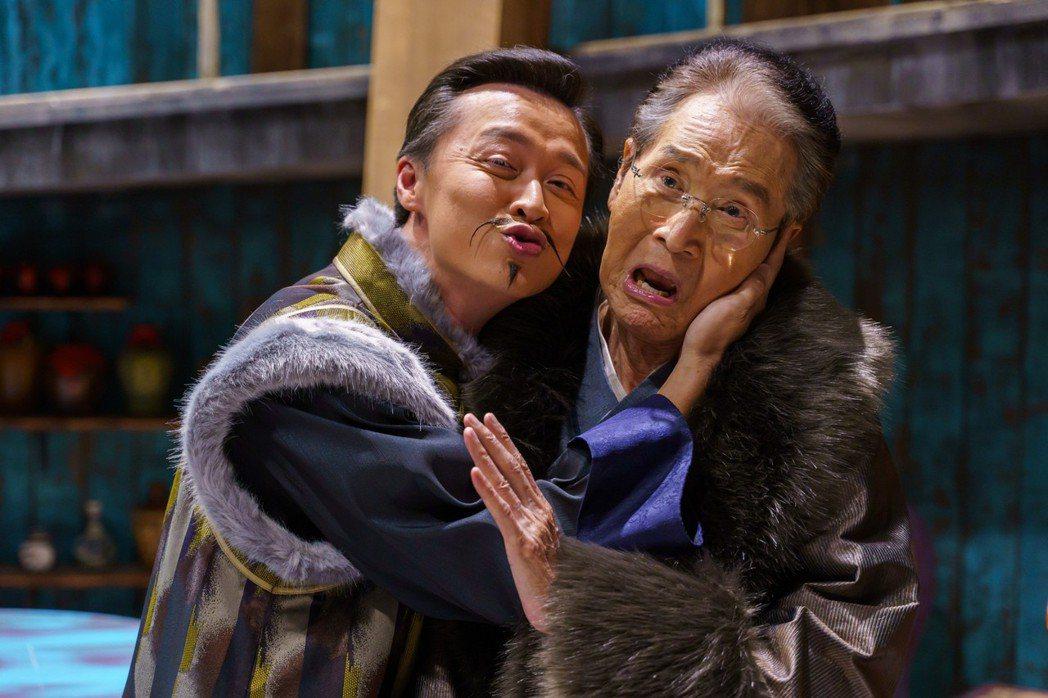 石英(右)過生日,何豪傑激動獻吻。圖/民視提供
