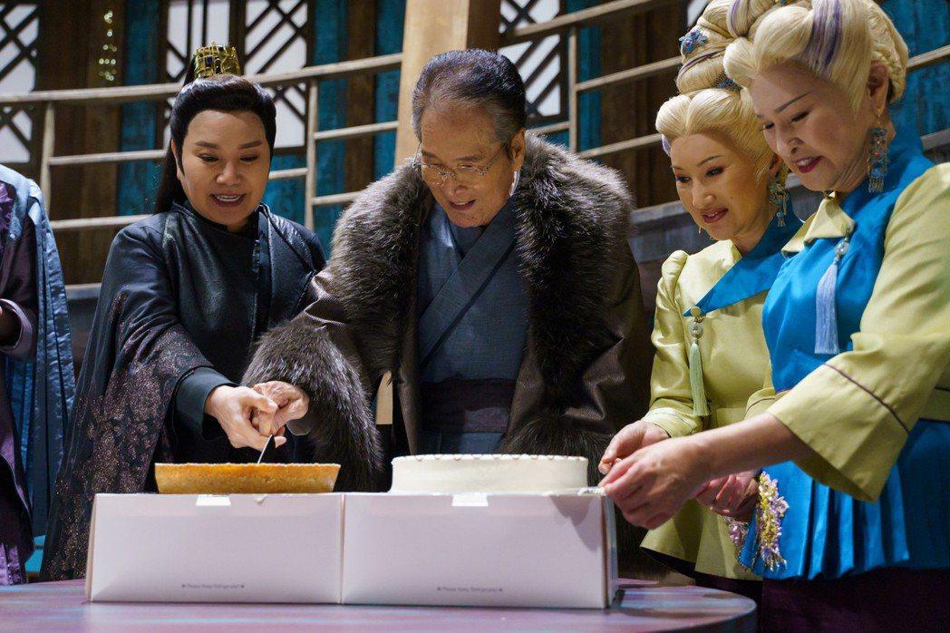 石英開心切蛋糕,王金櫻(右起)、小咪、唐美雲一旁幫忙。圖/民視提供