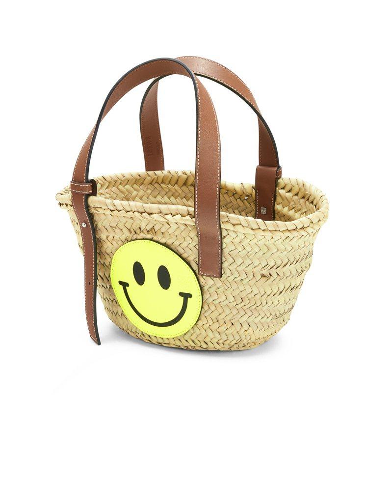 小型米色微笑小牛皮藤籃,18,000元。圖/LOEWE提供