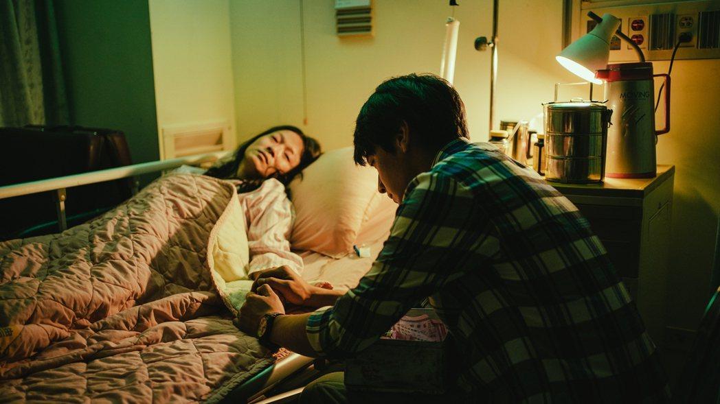 宋柏緯(右)在「若是一個人」戲中,陪伴病重的媽媽謝瓊煖。圖/華視提供