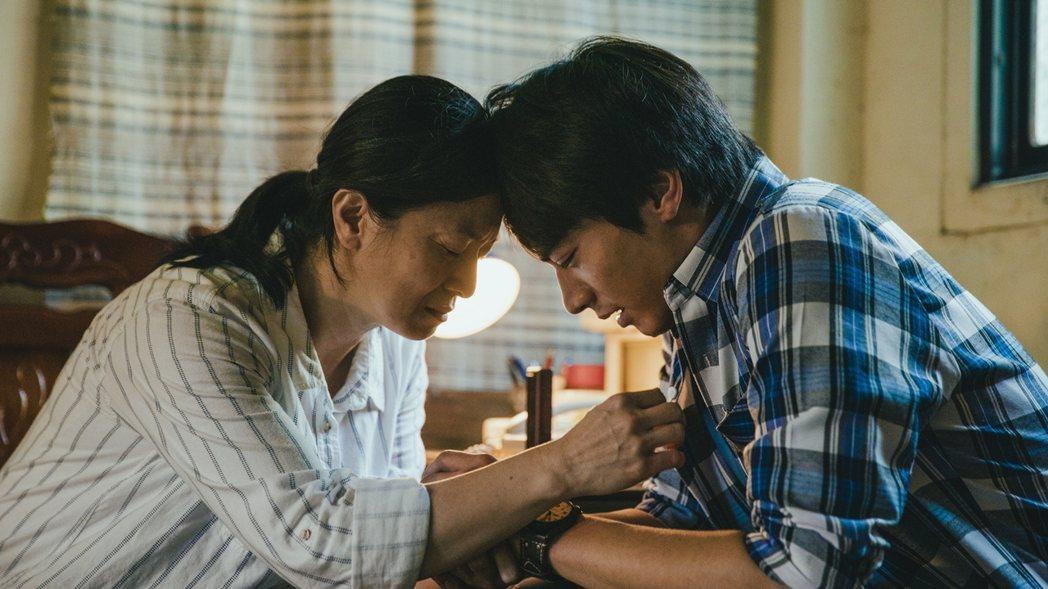 宋柏緯(右)在「若是一個人」戲中,得知母親謝瓊煖拋棄自己的真相,「母子」抱頭哭泣...