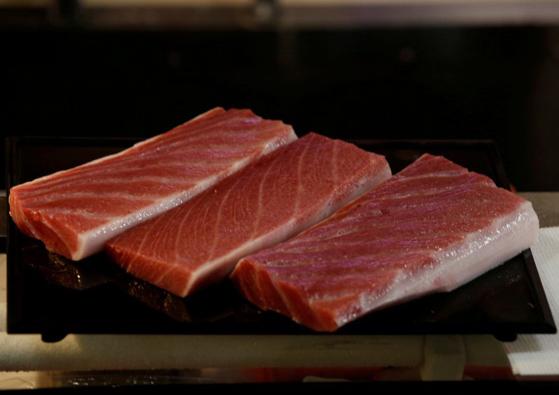 由於新冠肺炎疫情影響,日本國內認為最頂級的黑鮪魚價格暴跌超過百分之四十。 路透