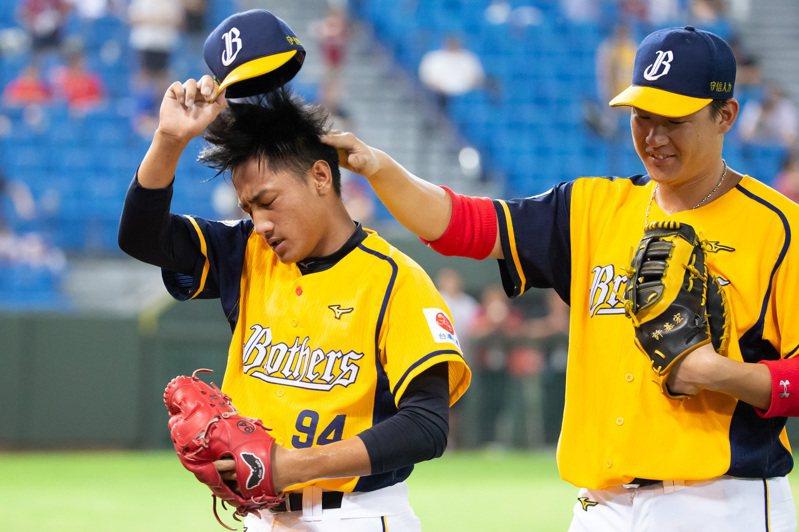 吳俊偉(左)挺過亂流,隊友許基宏上前摸頭、鼓勵。記者季相儒/攝影
