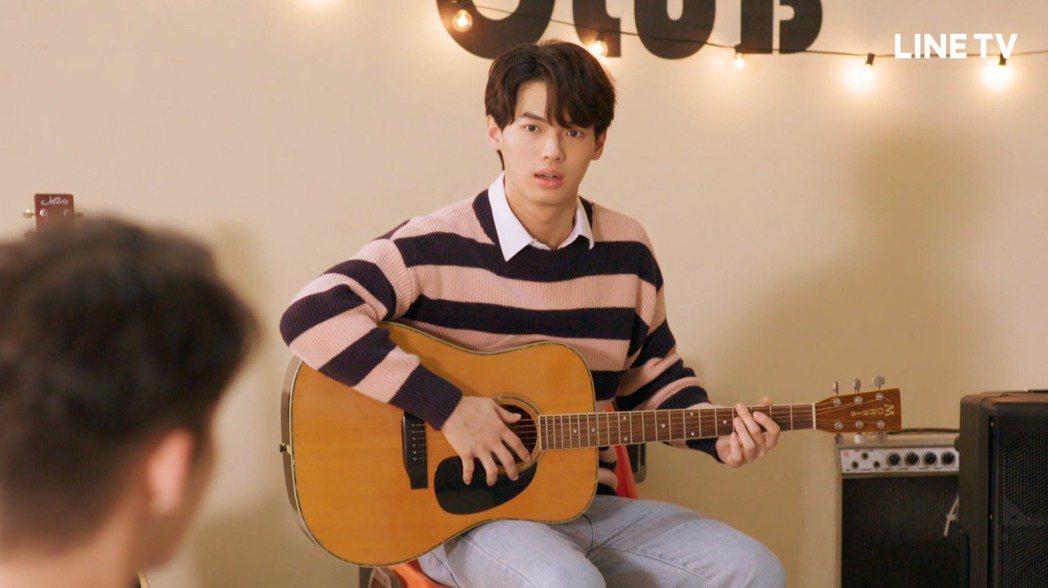 Win在劇中加入吉他社苦練吉他。圖/LINE TV提供