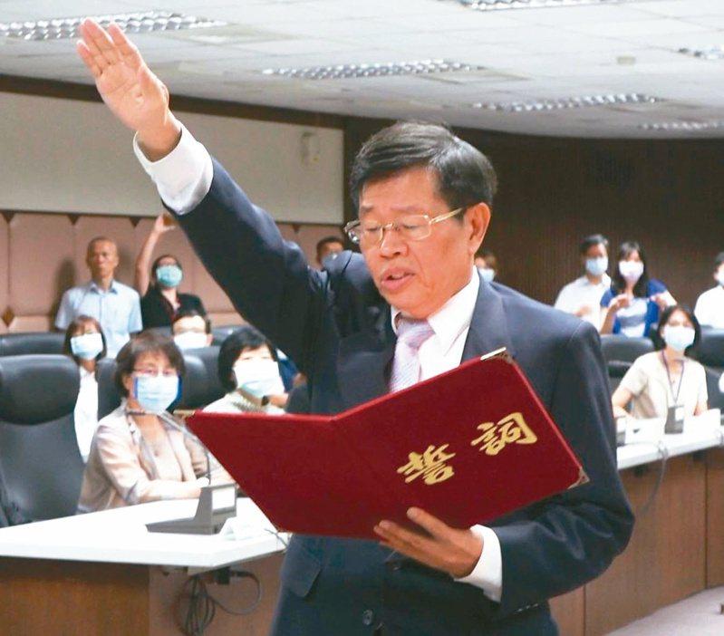 高雄市代理市長楊明州昨天宣誓就職,起手式讓藍營質疑充滿「菊系色彩」。 記者楊濡嘉/攝影