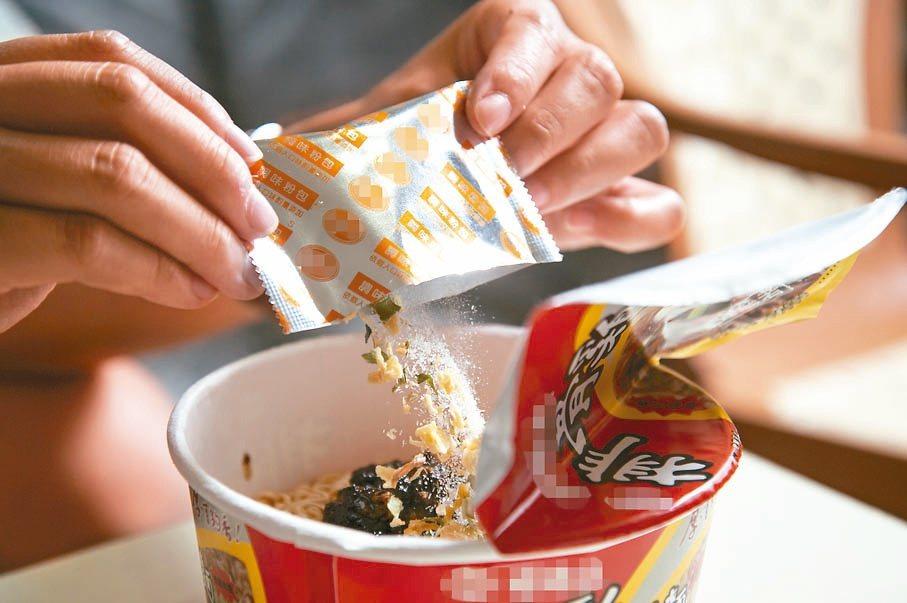衛福部建議成人一天鈉攝取量2400毫克,民眾食用泡麵時,可斟酌調味粉用量,減油減...