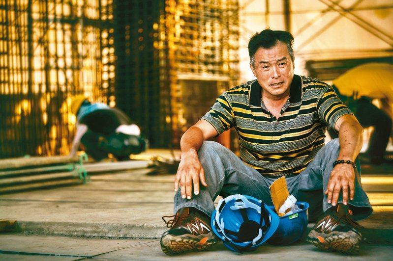 台灣首部以工人為主角的影集「做工的人」熱映,演員李銘順片中親自上陣演出於鐵皮屋頂修繕時重摔戲碼,讓觀眾相當揪心。 圖/大慕影藝提供