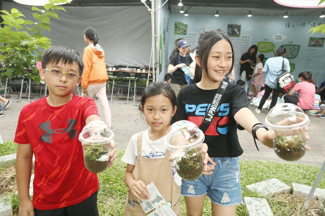 種樹嘉年華活動現場,孩子製作盆栽造景,響應環保議題。記者曾原信/攝影
