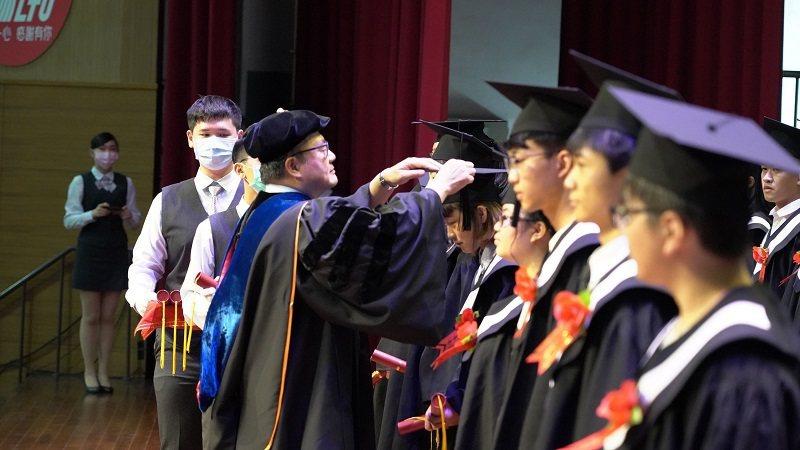 嶺東科大趙志揚校長為畢業生代表撥穗及頒發學位證書。 嶺東科大/提供