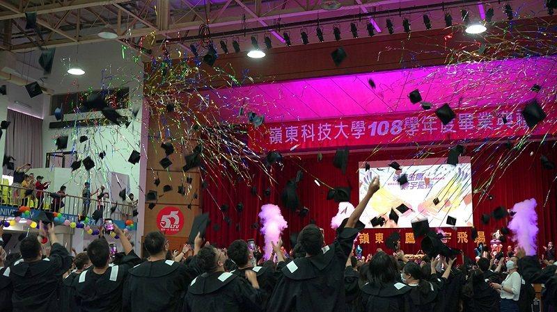 拋學士帽活動為108學年度畢業典禮劃下完美的句點。 嶺東科大/提供
