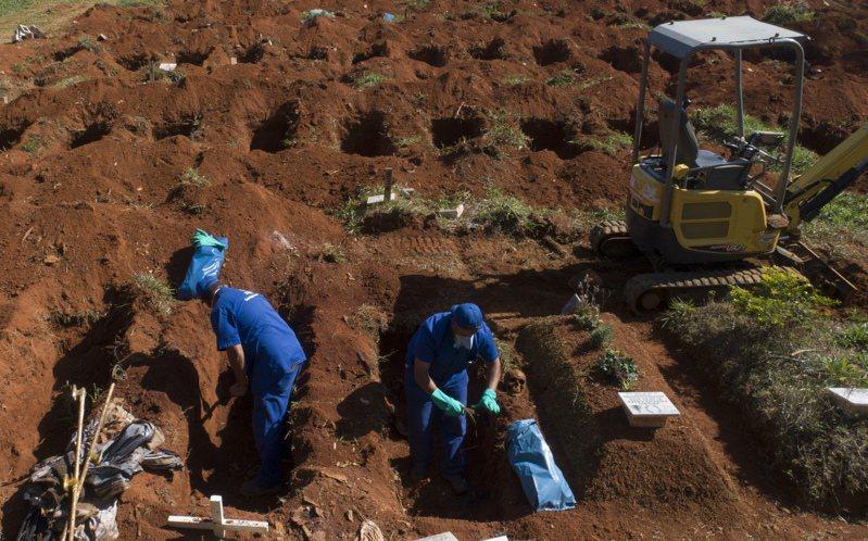 新冠病毒疫情持續在拉丁美洲蔓延,其中巴西連續數日死亡病例超過1200人,境內累計4萬2720人病故在全球僅次於美國,確診則達85萬514例,還出現公墓必須清除死者遺骨,以埋葬更多染疫過世病患的情況。 美聯社