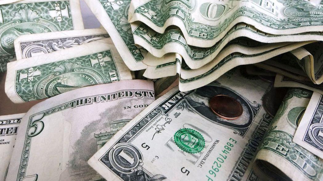 有人問,現在美元那麼便宜,但是美元幾乎沒有利息,該進場買美元嗎? 美聯社