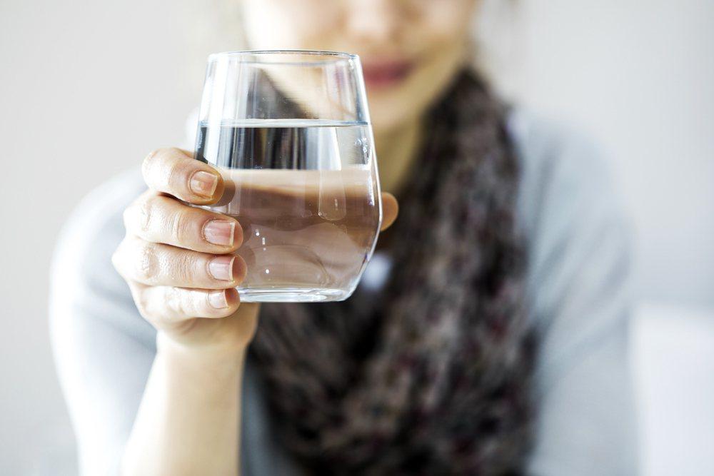 很多人早上起床第一件事就是喝咖啡,但其實健康專家說,喝水才正確。經過幾個小時的睡...