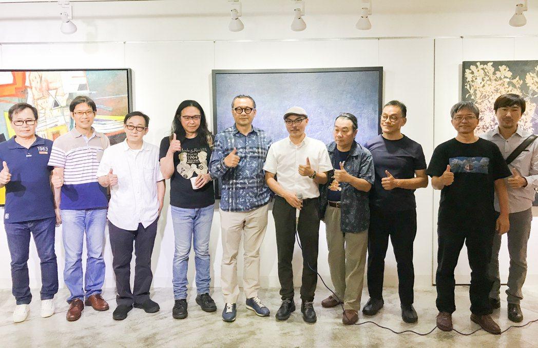 雄崗建設董事長林清吉(左5)為高雄藝文界提供高水準的展覽空間。 攝影/張世雅