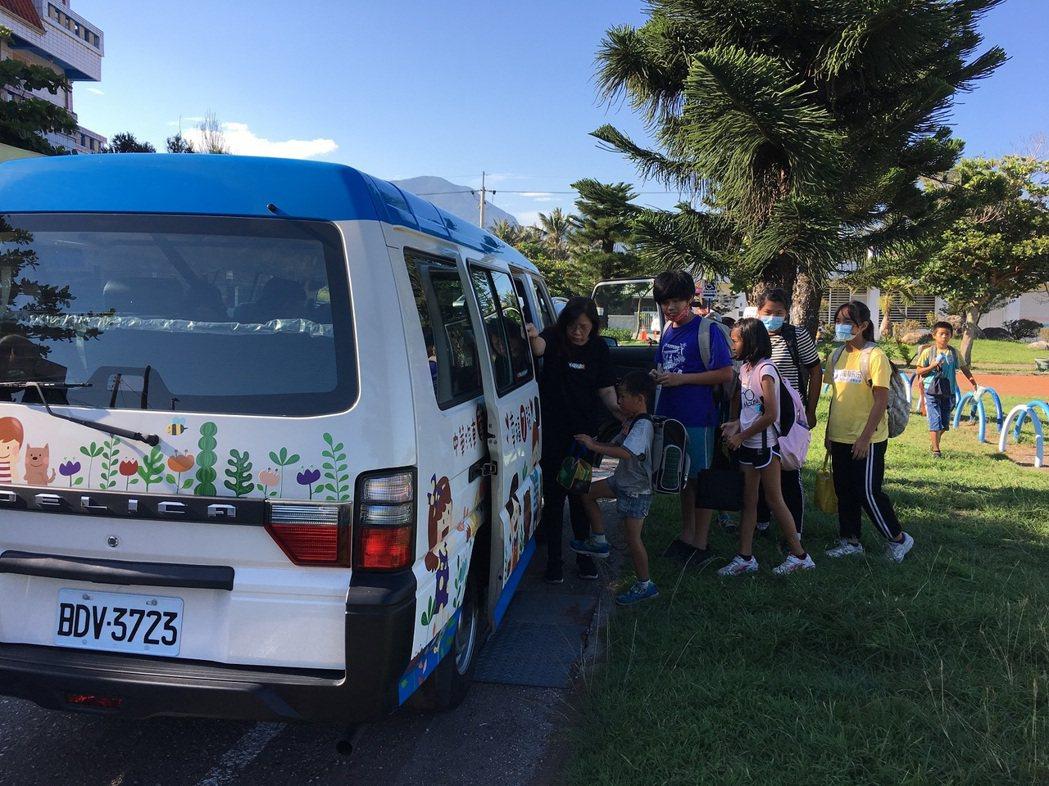 幸福守護專車七號車接送孩子上下學,照亮他們回家的每一哩路。 圖/中華汽車提供
