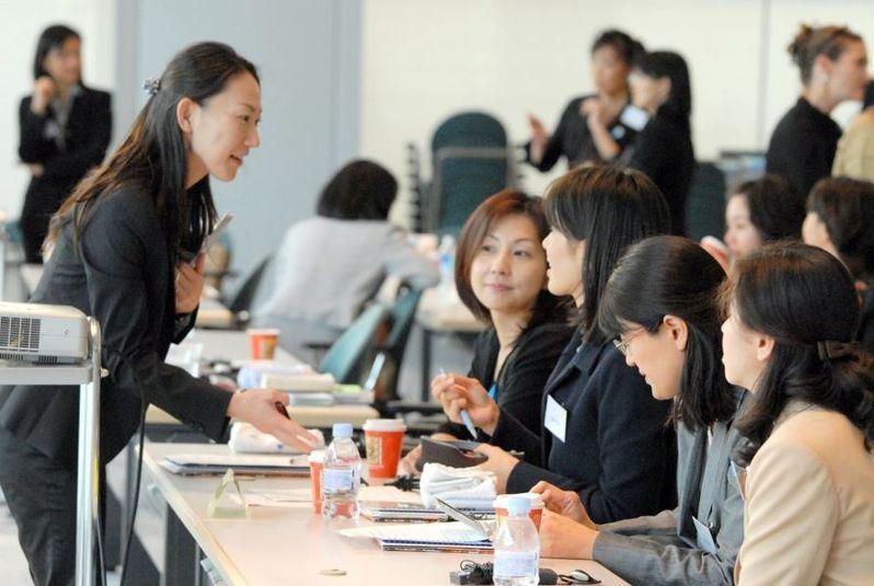 日本疫情期間97萬人被裁,其中大多數為女性,也看出社會中性別不平等情況依舊。圖為首相安倍晉三。(photo by YouTube)