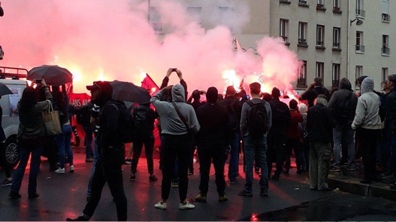 法國巴黎13日也有上萬人遊行,部分示威者朝警察丟擲物品而被警方發射催淚彈攻擊,遭警方逮捕的約26人。(photo by Wikimedia Commons)