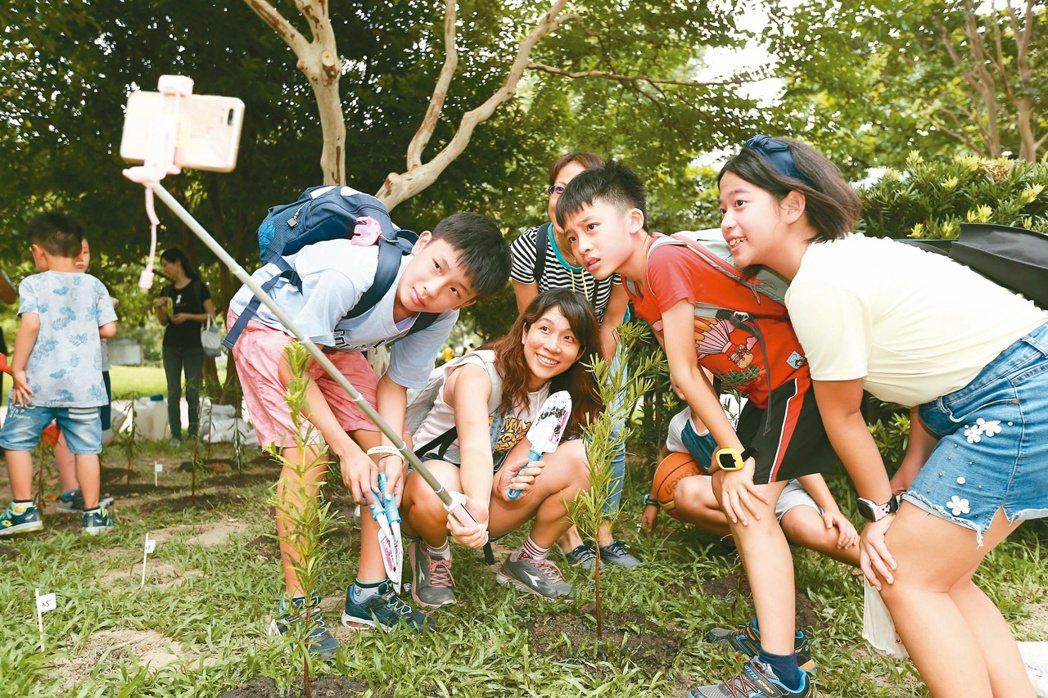 聯合報系願景工程昨天於新北市舉辦「牽手種樹嘉年華」活動,吸引逾4千人參與。記者曾...