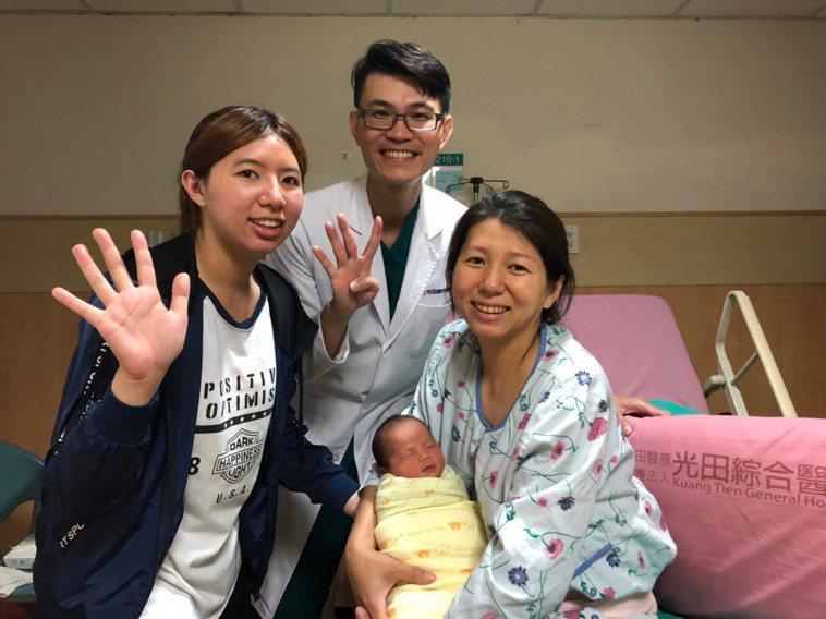 江女的長女(左)今年22歲,和剛出生的妹妹年紀差很多。圖/光田綜合醫院提供