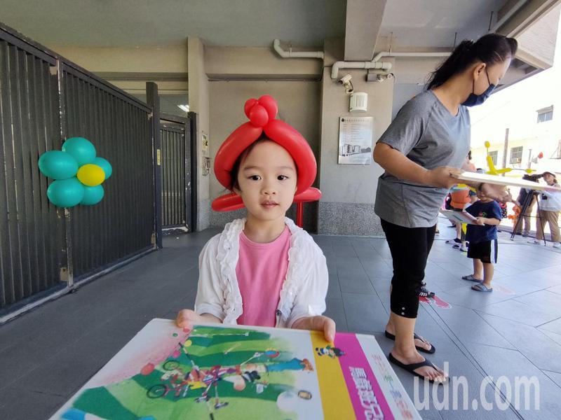 台東「安居家園」的圖書室今天中午11點落成啟用,台東縣長饒慶鈴與社區兒童人龍接力傳遞1500本藏書。記者羅紹平/攝影