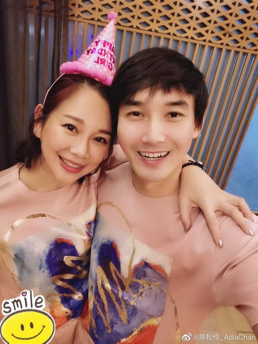 陳松伶(左)與演員張鐸結婚9年,常穿情侶裝放閃。圖/摘自微博