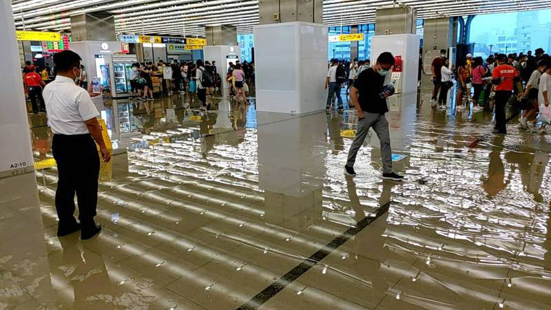 今天下午下起大雷雨,台中車站出現積水狀況,購票大廳多處出現積水狀況,車站加派人員排水,避免影響旅客通行。圖/讀者提供