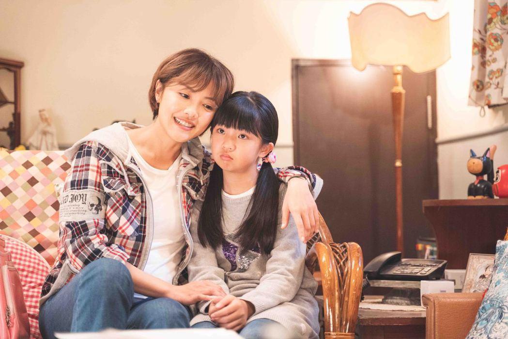 張允曦(左)飾演單親媽媽。圖/華視提供