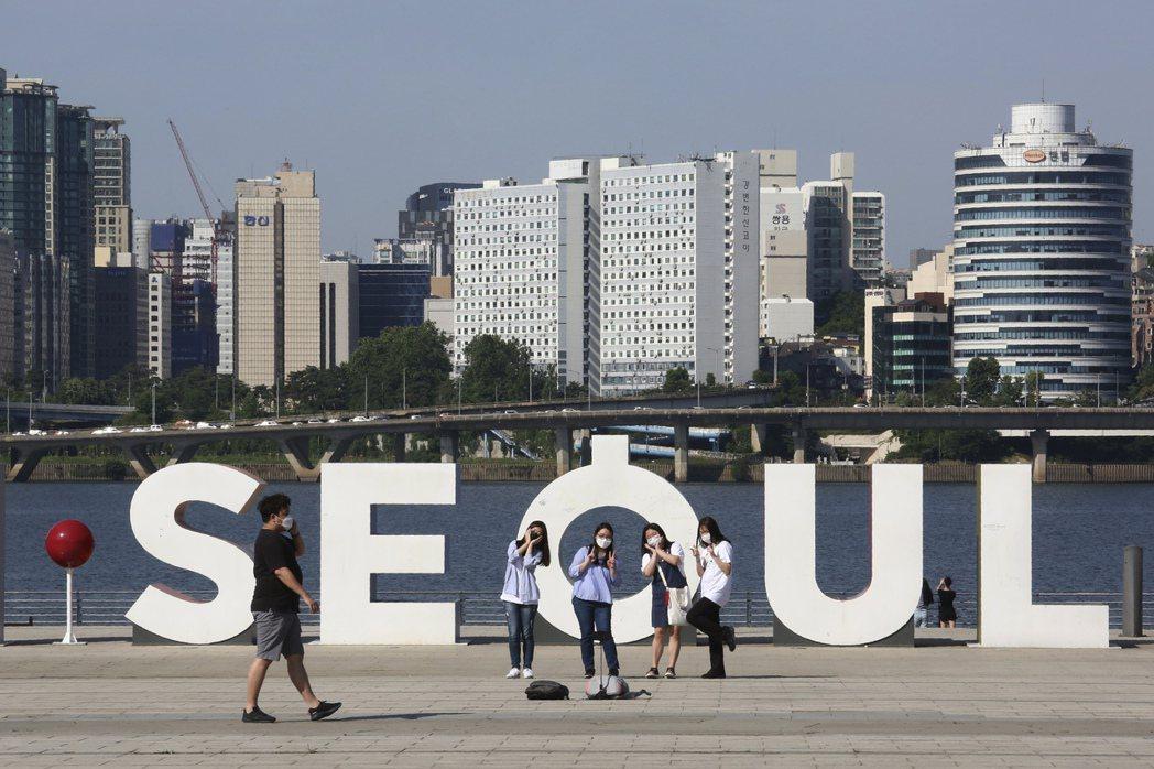 南韓近日新增感染案例逾九成源自於首都圈的群聚感染,圖為11日首爾一處公園內民眾開...