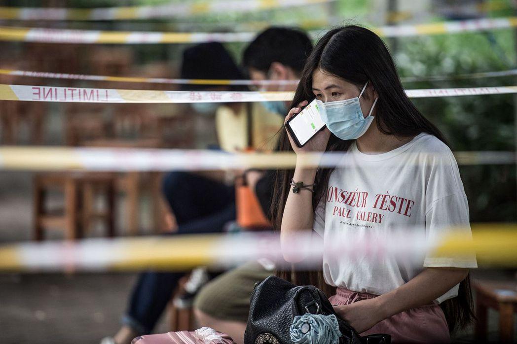 武漢華中科技大學的一名畢業生11日等待自己的新冠病毒檢測結果出爐,檢測陰性才能入...