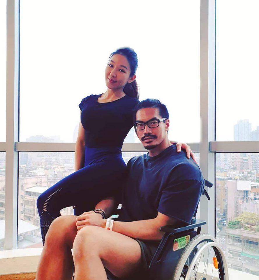筋肉爸爸(右)和筋肉媽媽已經結婚9年。圖/摘自臉書