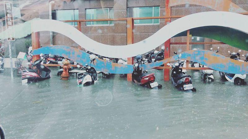 台中市大里區國光路仁愛醫院旁機車車身有一半淹在水裡。圖/取自臉書大里人聊天室