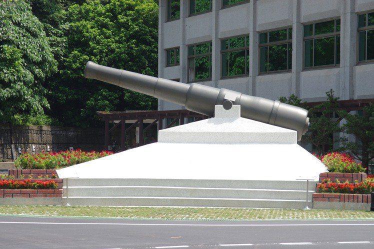 國防部202廠兵工廠也有1門「固定式阿姆斯壯砲」,相傳是清末台灣巡撫劉銘傳向英國採購,原安置於基隆港海邊抗敵。1974年202廠接收後,視為精神象徵,重漆維護,與系製中心同型。圖:本報資料照