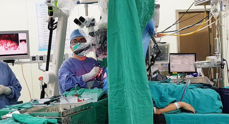 長庚團隊完成200多例清醒開顱手術,醫師必須在術中持續與保持清醒的患者頻繁溝通,以期精準切除膠質瘤,且不損及認知功能。圖/長庚醫院提供