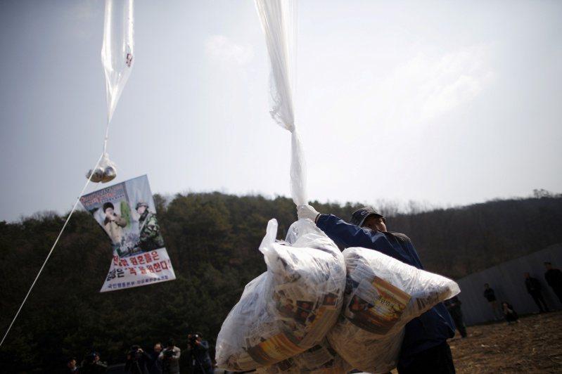 脫北者團體二○一六年三月在南韓坡州施放氣球空飄反北韓傳單。北韓近來斥責南韓縱容這類敵對行為,已切斷兩韓聯絡管道並威脅動武。(路透)