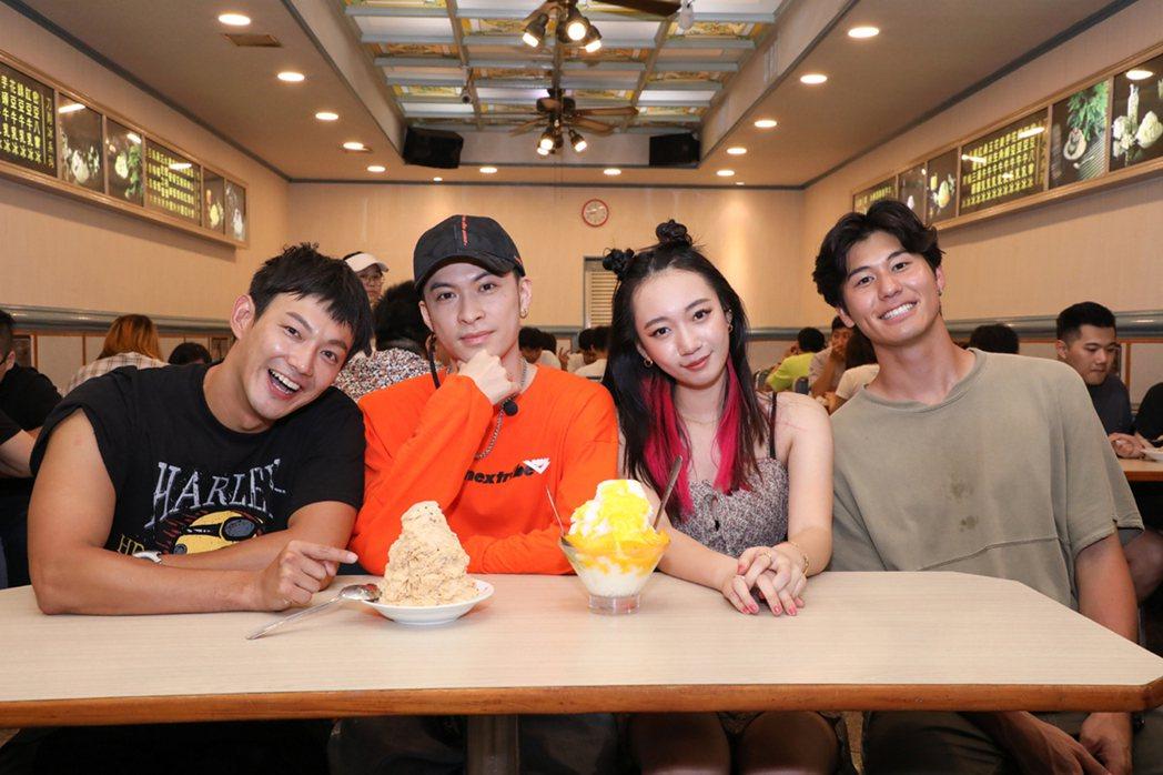 風田(右起)、吳卓源、唐仲彣和威廉到夜市錄製「食尚玩家」網路特別版。圖/華風數位