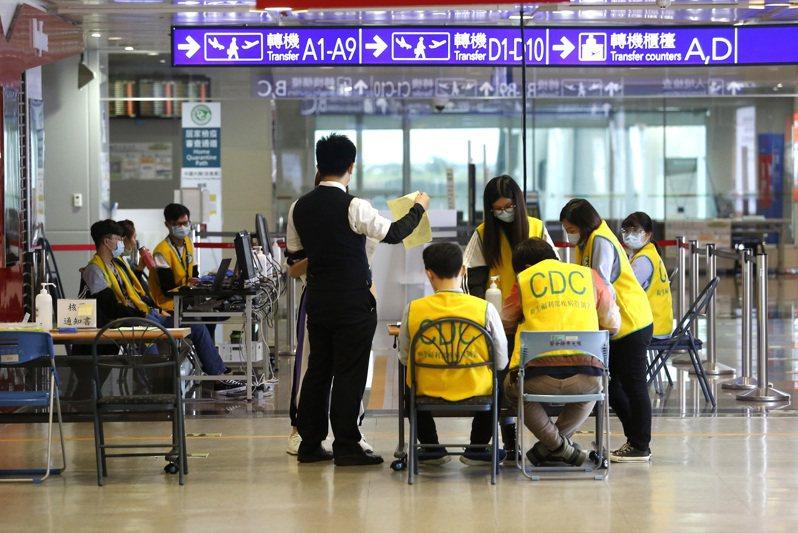 中央流行疫情指揮中心即將放寬外籍商務旅客入境檢疫規定,圖為桃園機場入境長廊的檢疫站。記者陳嘉寧/攝影