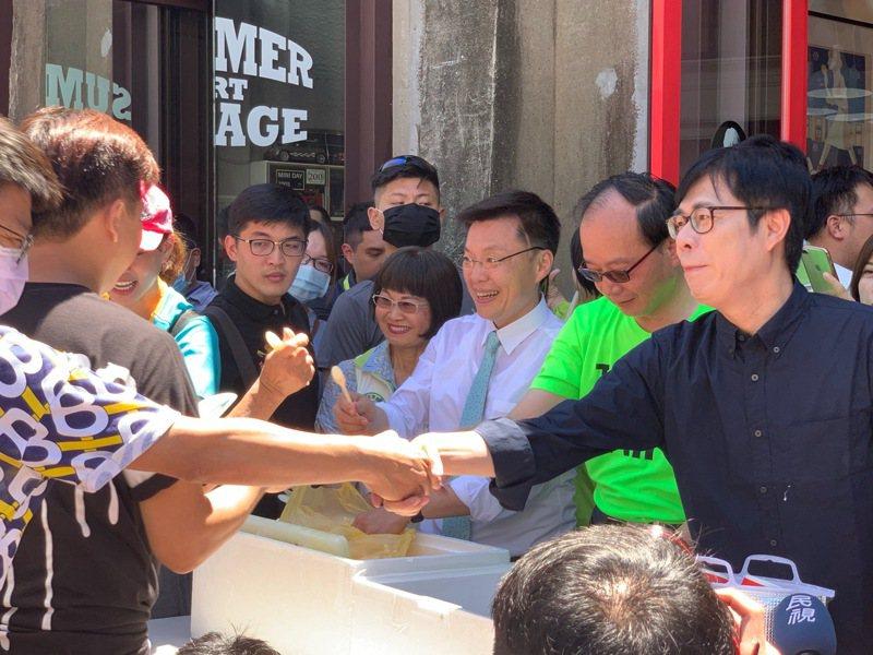 民進黨周三中常會將徵召行政院副院長陳其邁投入高雄市長補選。陳其邁(右一)昨在高雄出席活動,與支持者握手。記者徐如宜/攝影