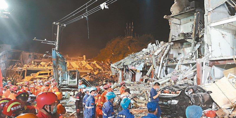 大陸沈海高速公路(溫嶺大溪段)十三日下午發生槽罐車爆炸,事故現場周邊房子幾成廢墟。(中新社)