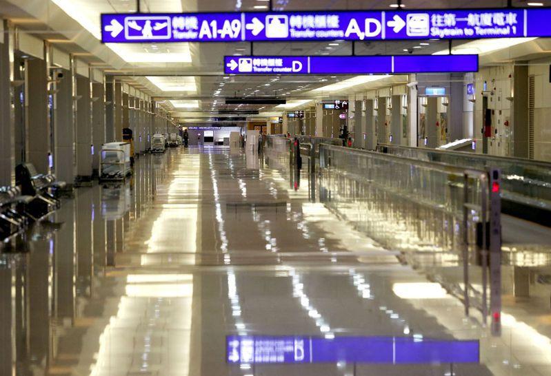 境外生及商務客目前仍難入境,圖為桃園機場入境長廊空無一人。記者陳嘉寧/攝影