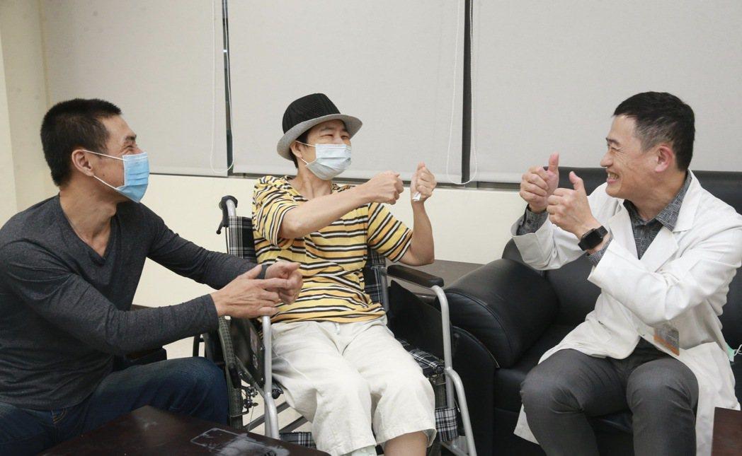 土城醫院副院長魏國珍(右)率領的長庚神經外科團隊日前完成首例聾啞腦瘤患者清醒開顱...