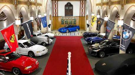 充滿宗教氣息的教堂 裡頭竟然藏著超跑!