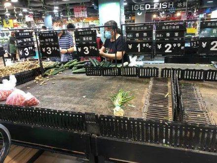 北京新發地農產品批發市場被認為是疫源地而關閉,嚴重衝擊物資供給,有網友在微博分享「集體搶菜」的場面。 圖取自微博