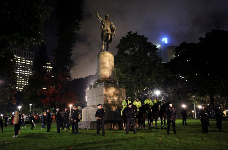 澳洲第一大城雪梨海德公園的庫克船長銅像遭人塗鴉破壞。  路透