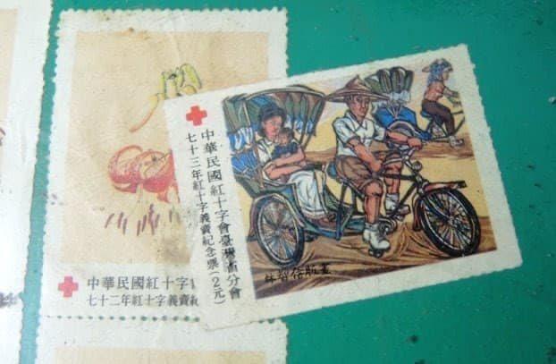 網友貼出當年買的紅十字會郵票。圖/取自爆料公社