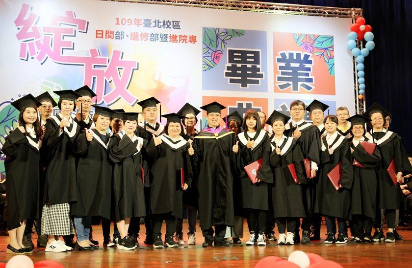 中國科大校長唐彥博頒發畢業優秀學生奬。 曹佳榮/攝影