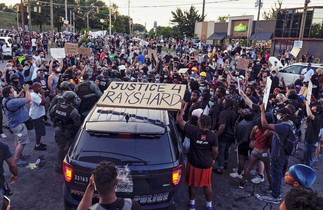 13日,事發地溫蒂漢堡外的示威者抗議。 圖/美聯社