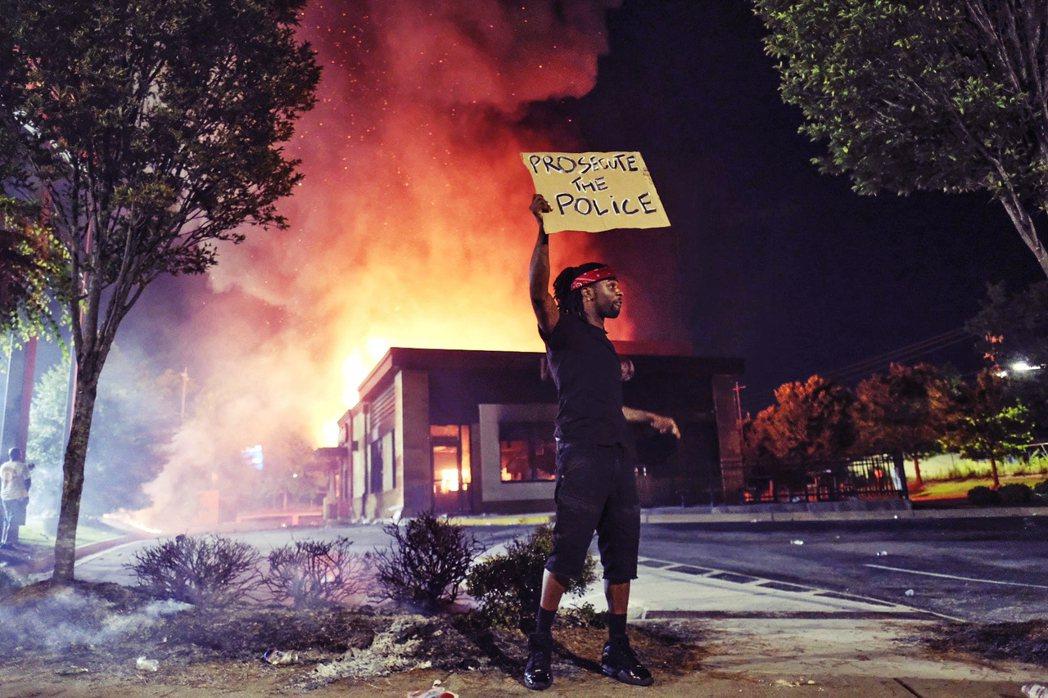 美國喬治亞州的亞特蘭大市,周末因另一起警方爭議執法引發騷動,事發地的溫蒂漢堡也遭...
