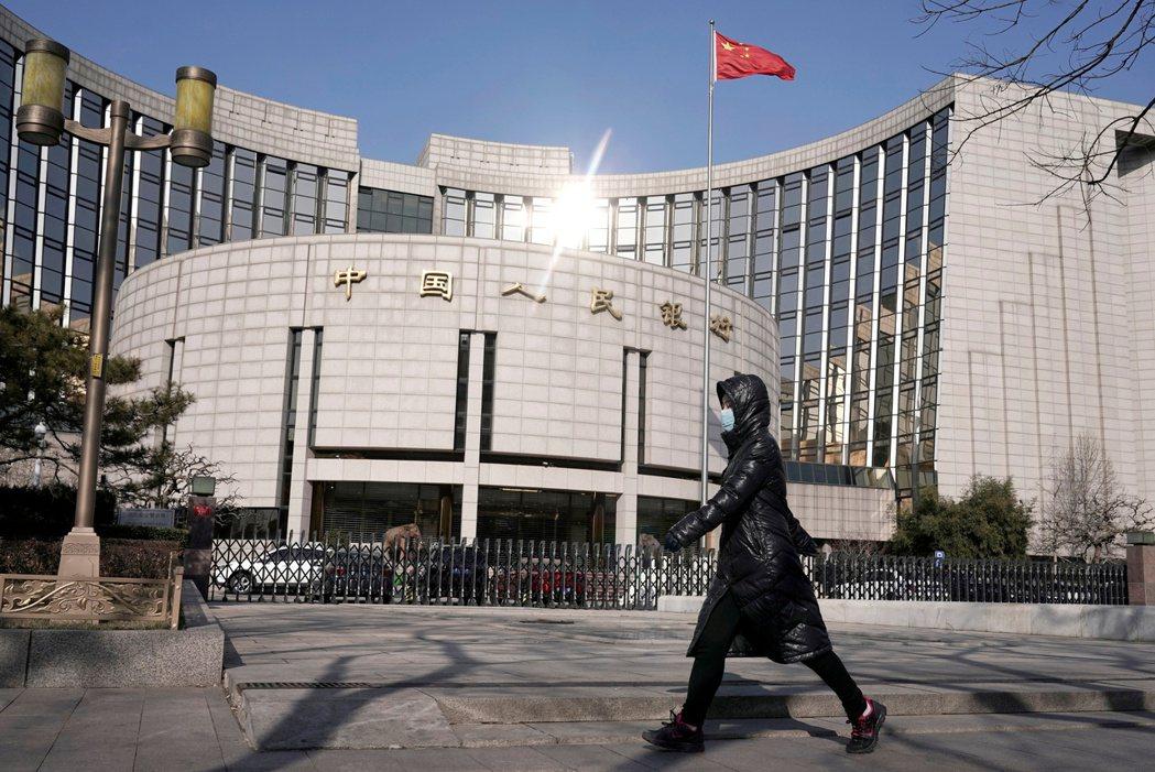中國人民銀行發布《關於開展大額現金管理試點的通知》。 圖/路透社